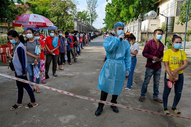 Người dân xếp hàng đợi tiêm chủng vaccine ngừa COVID-19 ở Phnom Penh, Campuchia. Ảnh: AFP/TTXVN