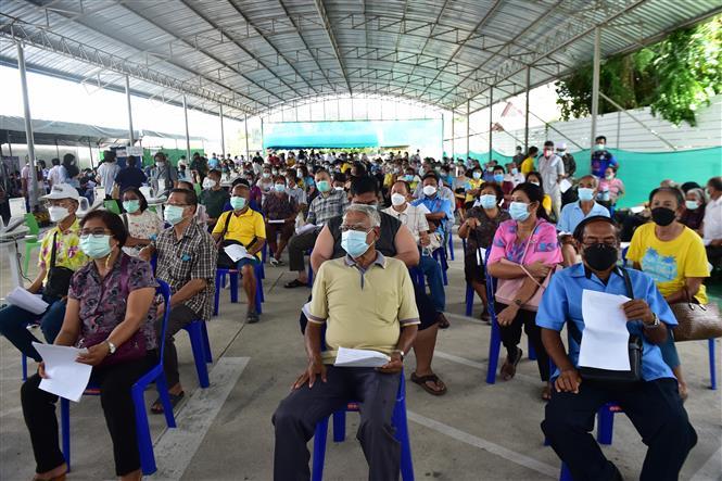 Người dân xếp hàng chờ tiêm vaccine phòng COVID-19 tại tỉnh Narathiwat, Thái Lan, ngày 7-6-2021. Ảnh: AFP/ TTXVN