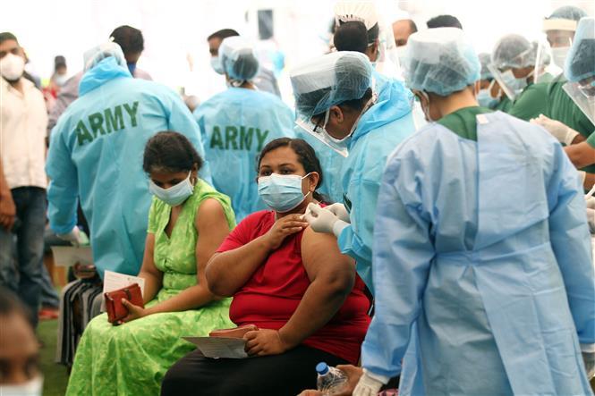Nhân viên y tế tiêm vaccine phòng COVID-19 cho người dân tại Colombo, Sri Lanka, ngày 5-7-2021. Ảnh: THX/TTXVN