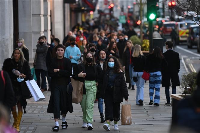 Người dân đeo khẩu trang phòng dịch COVID-19 tại London, Anh ngày 15-12-2020. Ảnh: AFP/TTXVN