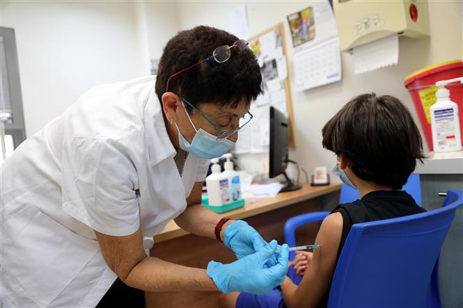 Nhân viên y tế tiêm vaccine phòng COVID-19 cho người dân tại Modiin, Israel, ngày 5-7-2021. Ảnh: THX/TTXVN