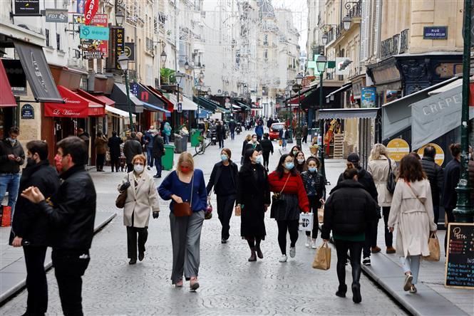 Người dân đeo khẩu trang phòng dịch COVID-19 tại Paris, Pháp ngày 2-11-2020. Ảnh: AFP/TTXVN