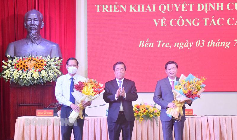 Các đại biểu trao hoa chúc mừng Bí thư Tỉnh ủy Lê Đức Thọ, nguyên Bí thư Tỉnh ủy Phan Văn Mãi. Ảnh: Hữu Hiệp