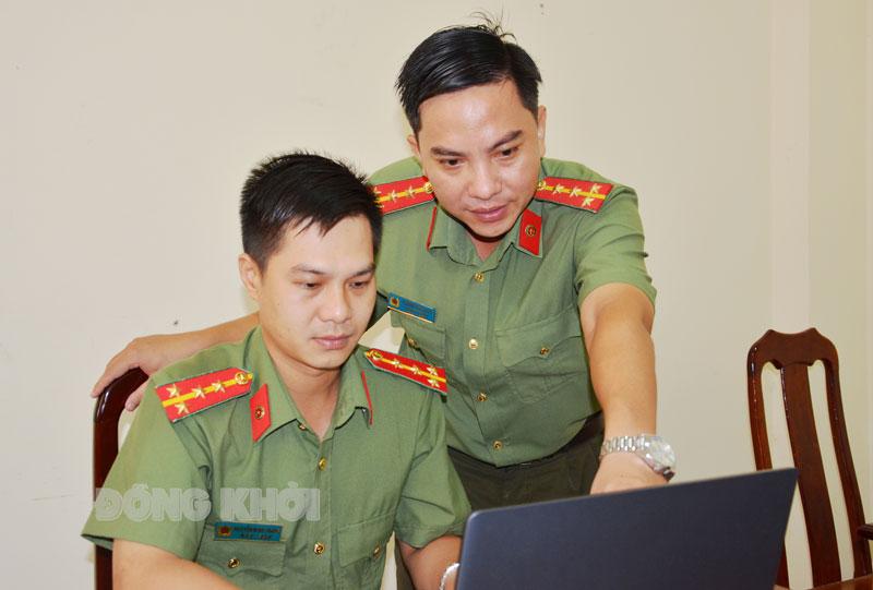 Đại úy Trương Thanh Hải (đứng) đang hướng dẫn cán bộ trẻ tiếp cận công việc.