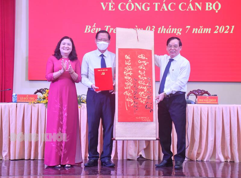 Phó Bí thư Thường trực Tỉnh ủy Hồ Thị Hoàng Yến, Chủ tịch UBND tỉnh Trần Ngọc Tam đã trao bức liễn có hai câu thơ tặng Nguyên Bí thư Tỉnh ủy Phan Văn Mãi. Ảnh: Hữu Hiệp