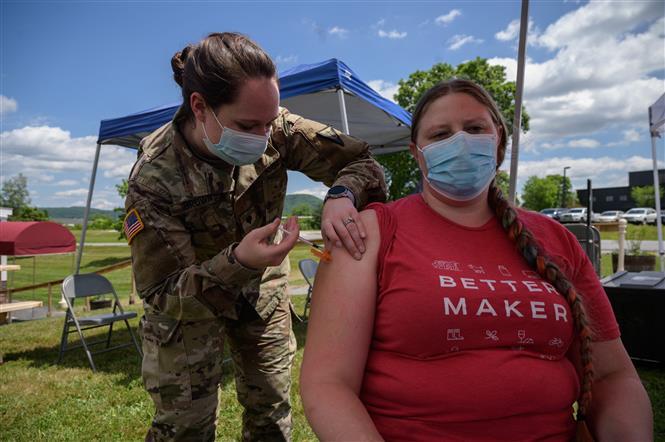 Nhân viên y tế tiêm vaccine ngừa COVID-19 cho người dân tại Websterville, bang Vermont, Mỹ ngày 29-6-2021. Ảnh: AFP/TTXVN