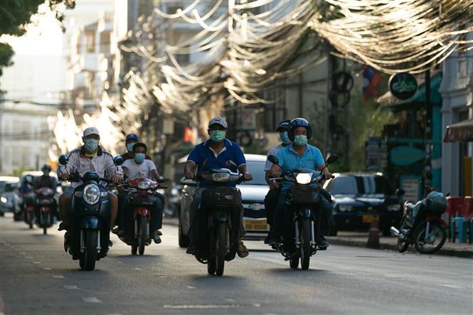 Người dân đeo khẩu trang phòng dịch COVID-19 tại Viêng Chăn, Lào ngày 19-6-2021. Ảnh: THX/TTXVN