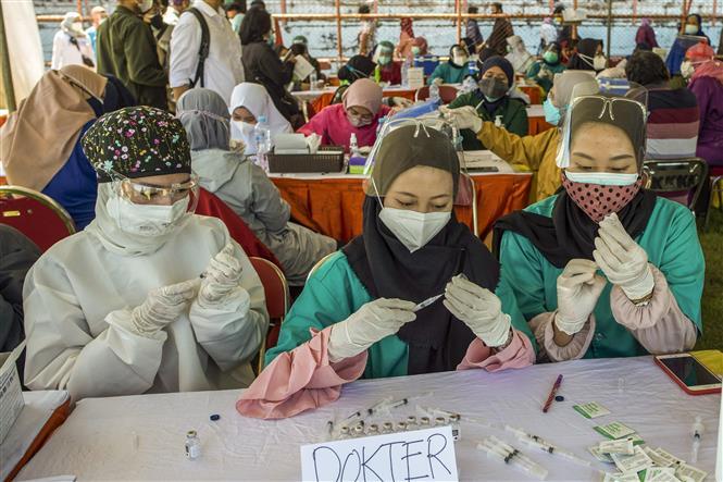 Nhân viên y tế tại một điểm tiêm vaccine ngừa COVID-19 ở Surabaya, Đông Java, ngày 6-7-2021. Ảnh: AFP/TTXVN