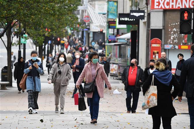 Người dân đeo khẩu trang phòng dịch COVID-19 tại London, Anh ngày 1-11-2020. Ảnh: AFP/TTXVN