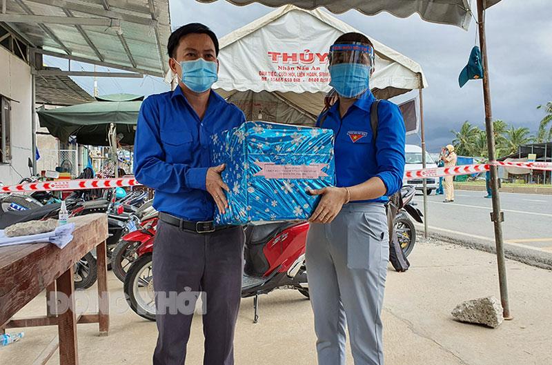 Bí thư Tỉnh Đoàn Hà Quốc Cường tặng quà cho thành viên Đội phản ứng nhanh tại chốt kiểm soát cầu Rạch Miễu.