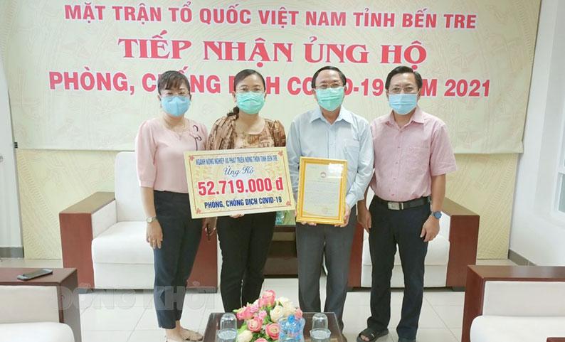 Phó chủ tịch Ủy ban MTTQ Việt Nam tỉnh Nguyễn Thị Mai Rý trao thư cảm ơn cho Giám đốc Sở Nông nghiệp và Phát triển nông thôn Đoàn Văn Đảnh. Ảnh: Duy Khoa