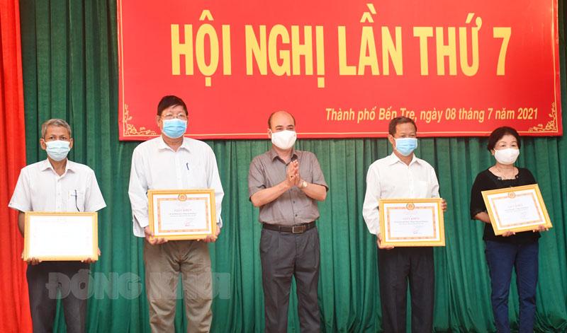 Bí thư Thành ủy Nguyễn Văn Tuấn trao Giấy khen cho 4 chi bộ tiêu biểu. Ảnh: Hữu Hiệp