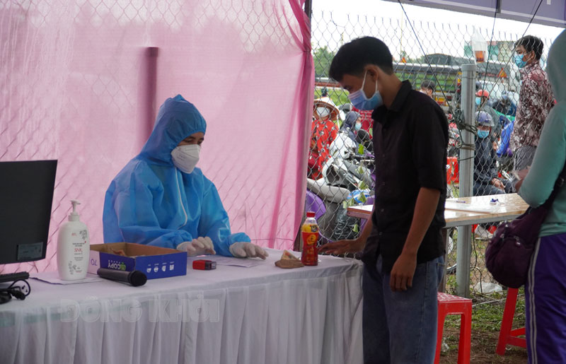 Người dân về, đến tỉnh tham gia test nhanh tại điểm test chốt cầu Rạch Miễu.