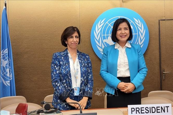 Đại sứ Lê Thị Tuyết Mai và Bà Teresa Moreira, Trưởng bộ phận cạnh tranh và chính sách người tiêu dùng của UNCTAD. Ảnh: Tố Uyên/Pv TTXVN tại Geneva