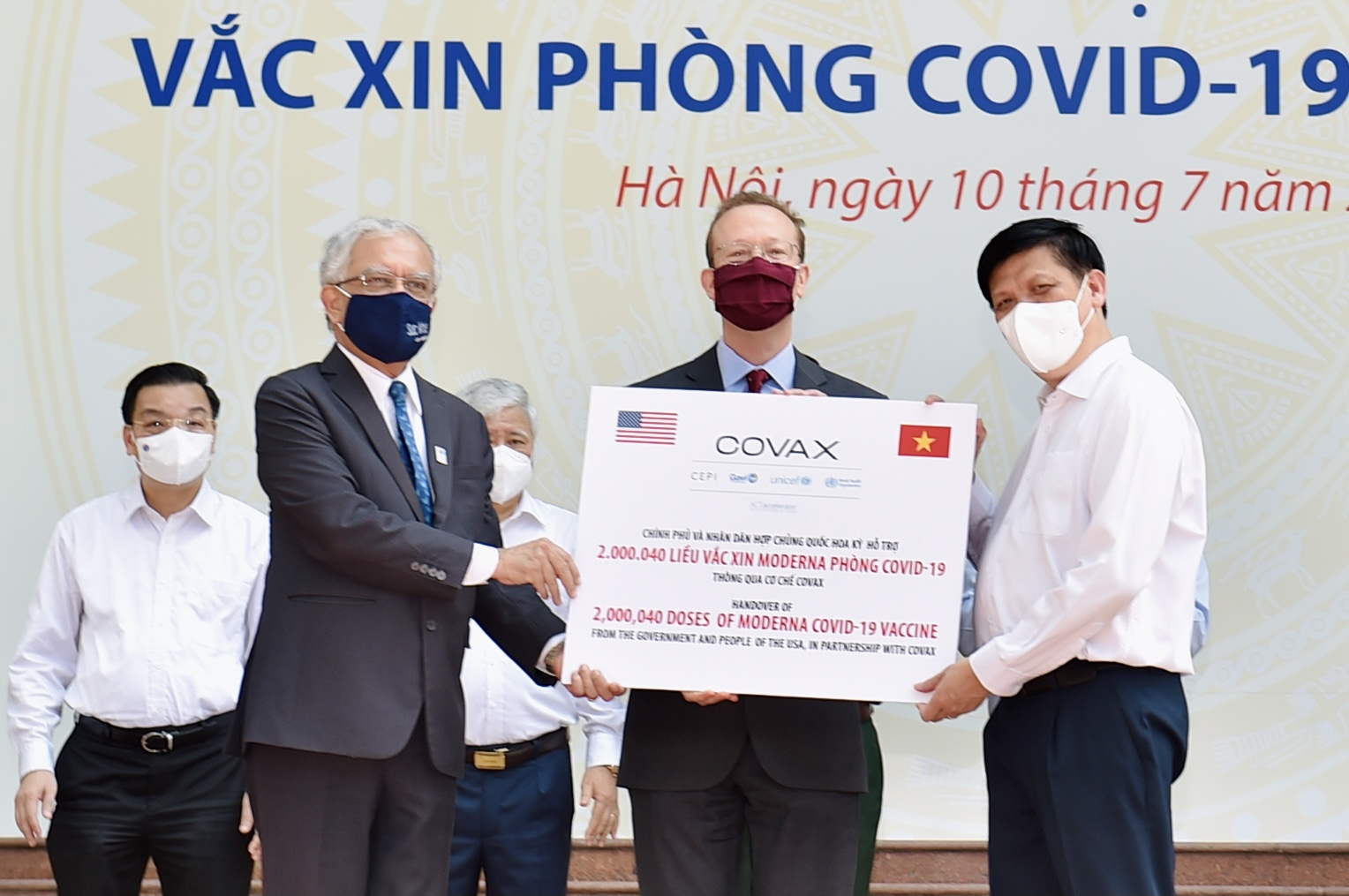 Thay mặt Chính phủ Việt Nam, Bộ trưởng Bộ Y tế Nguyễn Thanh Long tiếp nhận 2 triệu liều vaccine này để sử dụng khẩn cấp cho chiến dịch tiêm vaccine phòng COVID-19. Trong đó, Bộ trưởng chỉ đạo chuyển khẩn cấp 1 triệu liều cho TPHCM. Ảnh: VGP/Nhật Bắc