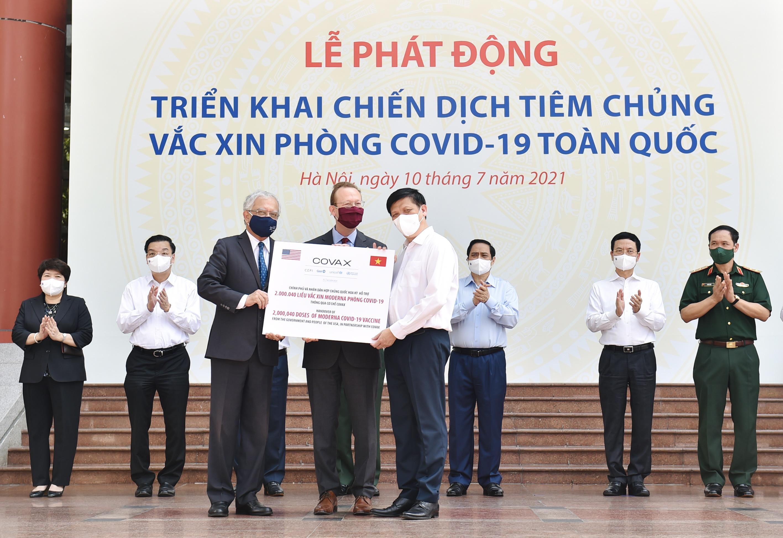 Thủ tướng Chính phủ Phạm Minh Chính cùng các đại biểu dự lễ tiếp nhận 2 triệu liều vaccine phòng COVID-19 Moderna của Chính phủ Hoa Kỳ hỗ trợ thông qua cơ chế COVAX. Ảnh: VGP/Nhật Bắc