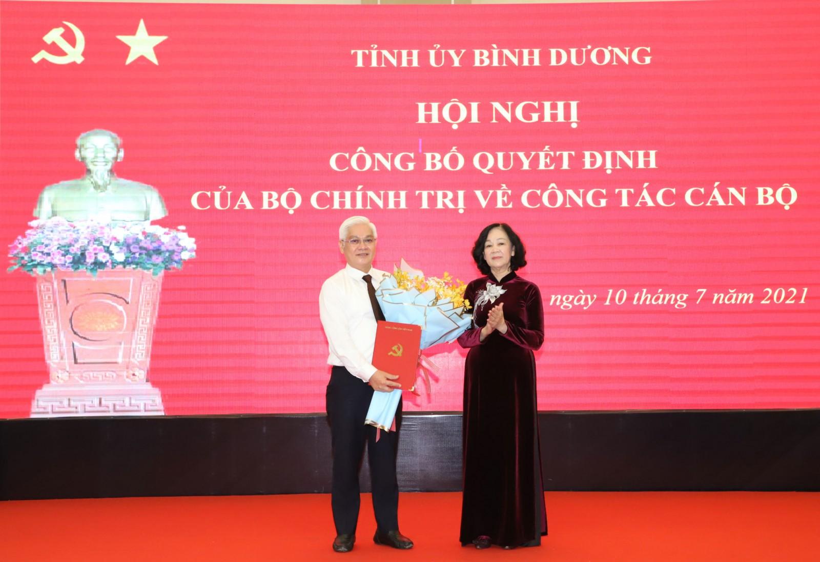 Đồng chí Trương Thị Mai trao quyết định và chúc mừng đồng chí Nguyễn Văn Lợi.