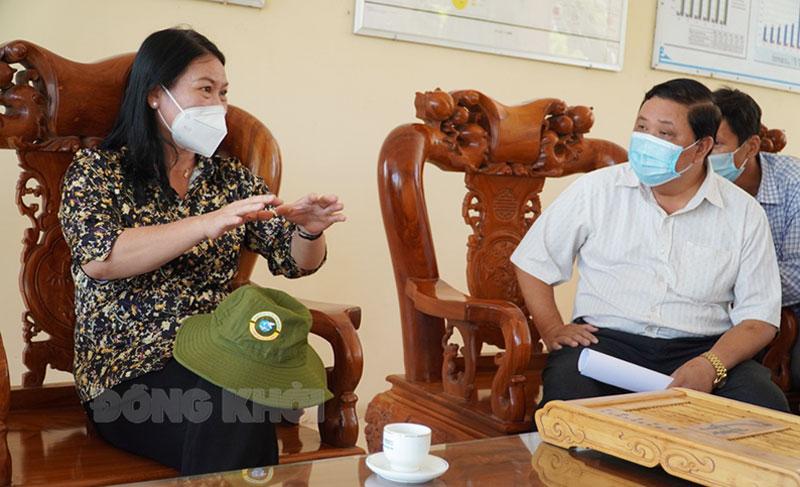 Phó chủ tịch UBND tỉnh Nguyễn Thị Bé Mười nắm tình hình phòng chống dịch tại Ba Tri.