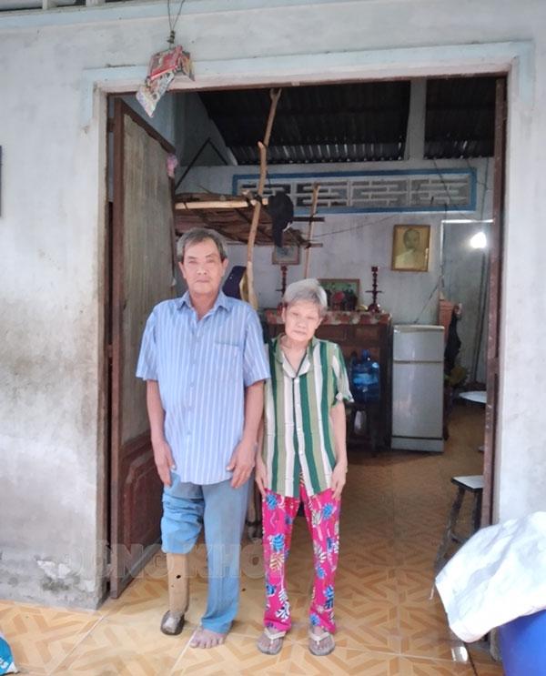 Vợ chồng ông Trần Văn Lùn trong căn nhà tình nghĩa. Ảnh: H. Đức