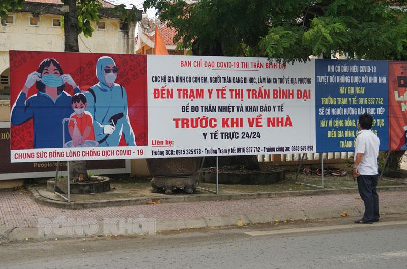Pa-nô tuyên truyền phòng chống dịch Covid-19 tại thị trấn Bình Đại.