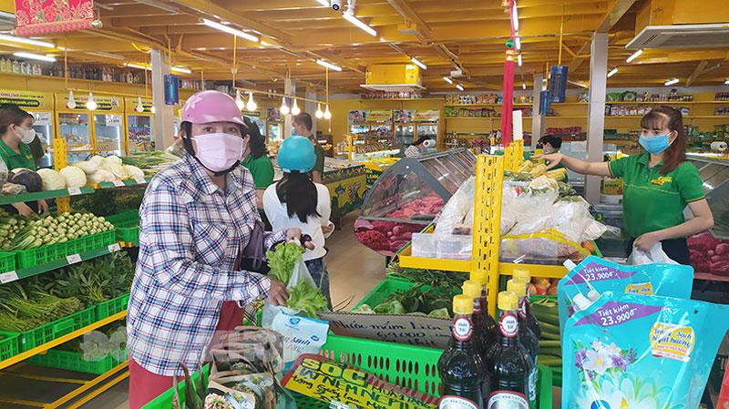 Người dân mua hàng hóa tại Bách hóa xanh.