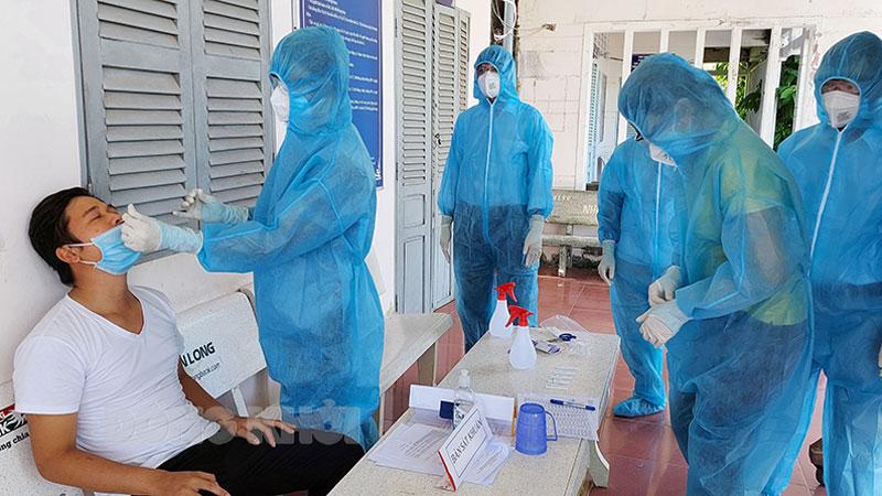 Lực lượng làm nhiệm vụ xét nghiệm, truy vết tại xã Bảo Thuận.