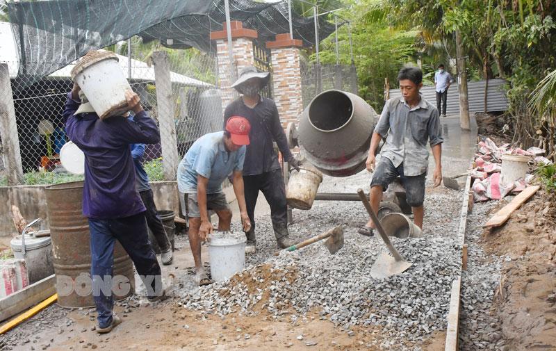 Thi công đường giao thông nông thôn ở xã Phước Thạnh (Châu Thành). Ảnh: H. Hiệp