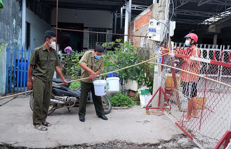 Lực lượng tại các chốt kiểm soát hỗ trợ người dân vận chuyển thực phẩm.