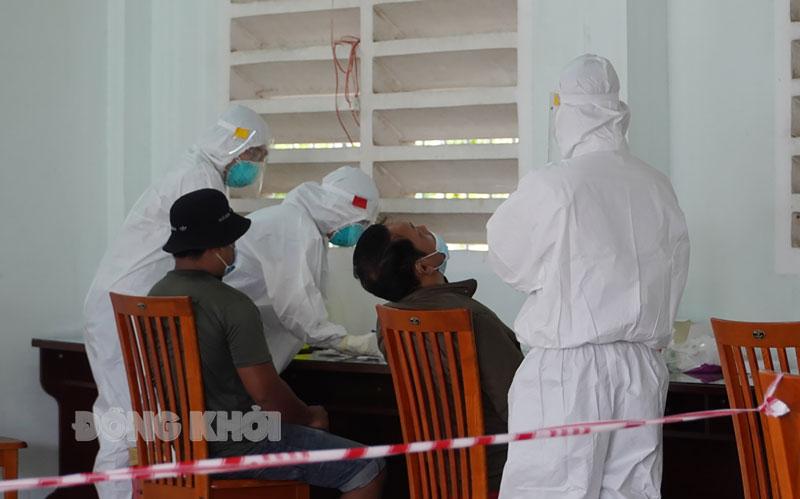 Người dân thực hiện test nhanh tại Trung tâm kiểm soát bệnh tật tỉnh (cơ sở 3).