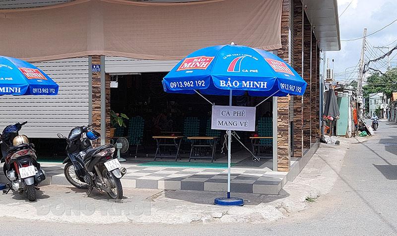 Trước giờ áp dụng Chỉ thị 16/CT-Ttg các hàng quán tại thị trấn Ba Tri chỉ phục vụ mang về.