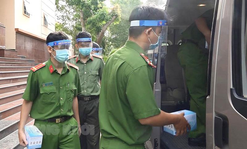 Cán bộ chiến sĩ lên đường thực hiện nhiệm vụ. Ảnh: Nguyễn Đăng