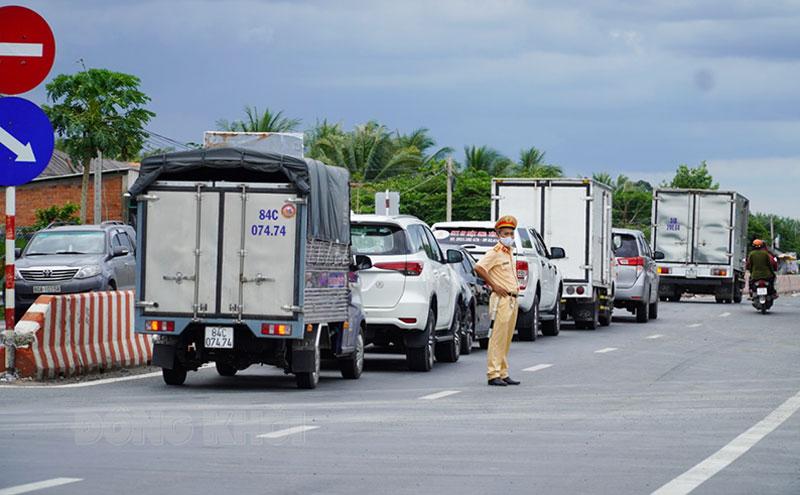 Phương tiện vận tải vào địa bàn TP. Bến Tre trước thời gian thực hiện giãn cách xã hội theo Chỉ thị số 15/CT-TTg của Thủ tướng Chính phủ. Ảnh: Phan Hân