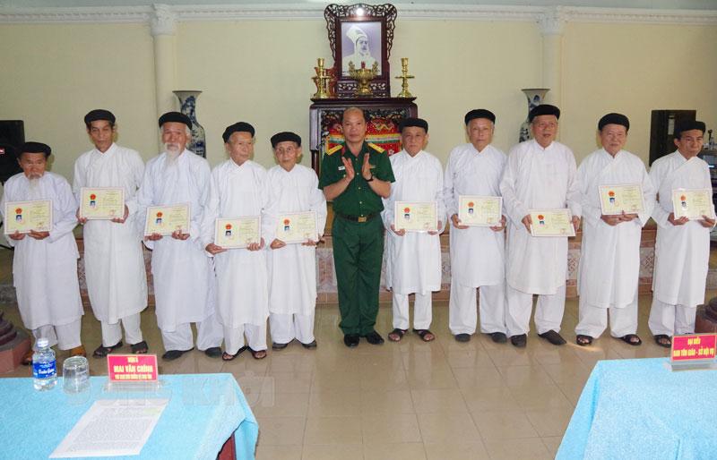 Trao giấy chứng nhận cho các vị chức sắc hoàn thành khóa bồi dưỡng kiến thức quốc phòng và an ninh. Ảnh: Đặng Thạch
