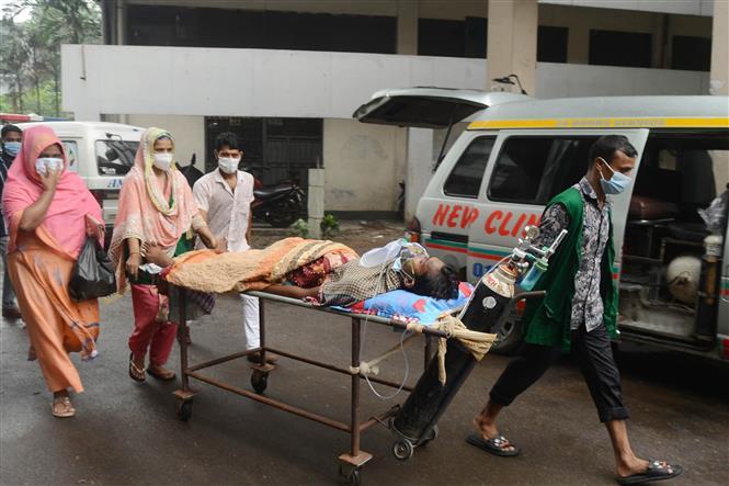 Nhân viên y tế chuyển bệnh nhân COVID-19 tới bệnh viện tại Dhaka, Bangladesh, ngày 7-7-2021. Ảnh: THX/ TTXVN