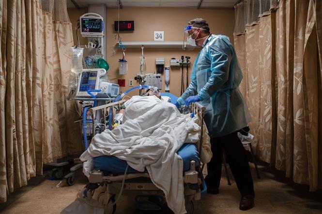 Bệnh nhân COVID-19 được điều trị tại một bệnh viện ở California, Mỹ. Ảnh: AFP/TTXVN