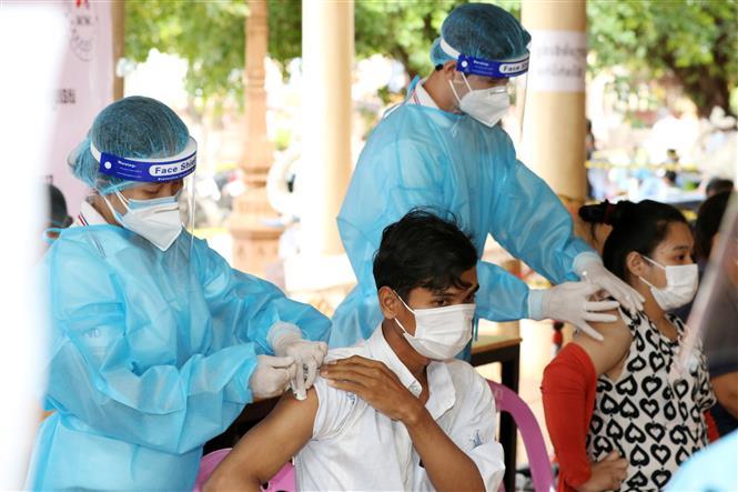 Nhân viên y tế tiêm vaccine ngừa COVID-19 cho người dân tại Phnom Penh, Campuchia ngày 8-7-2021. Ảnh: THX/TTXVN