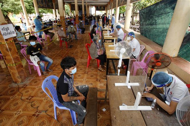 Một điểm tiêm vaccine phòng COVID-19 tại Phnom Penh, Campuchia, ngày 8-7-2021. Ảnh: THX/ TTXVN
