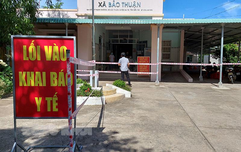Người dân xã Bảo Thuận (Ba Tri) khai báo y tế tại Trạm Y tế xã phục vụ công tác phòng chống dịch.