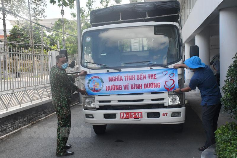 MTTQ Việt Nam tỉnh chuyển hàng lên TP. Hồ Chí Minh, Bình Dương trong chiều ngày 16-7-2021.