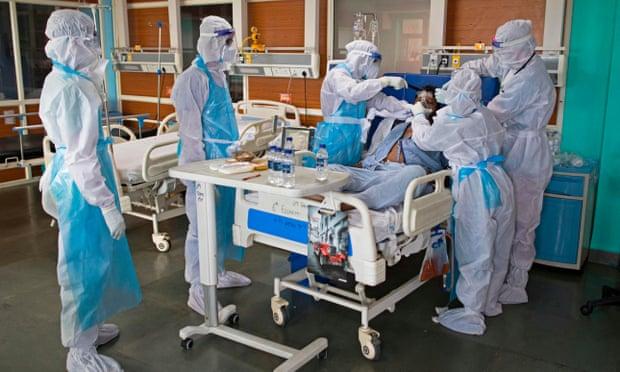Bệnh nhân COVID-19 trong phòng chăm sóc đặc biệt tại Ấn Độ. Ảnh: AFP