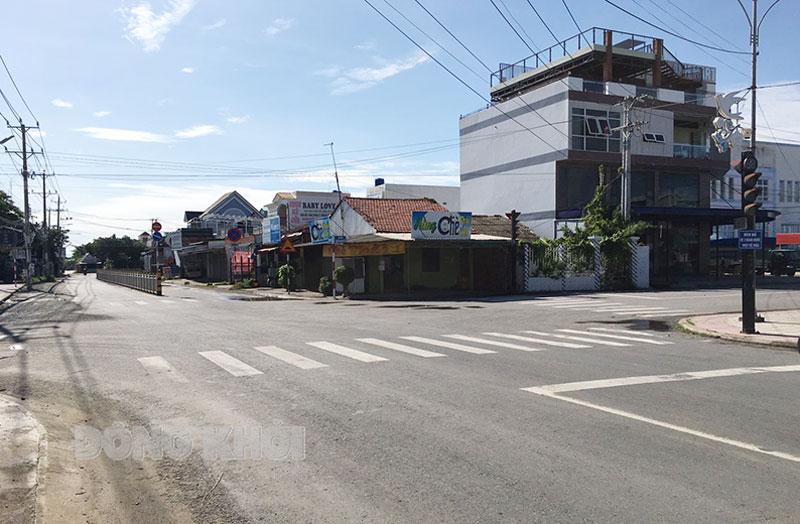 Nhiều tuyến đường thị trấn Ba Tri vắng người đi. Ảnh Trà Dũng