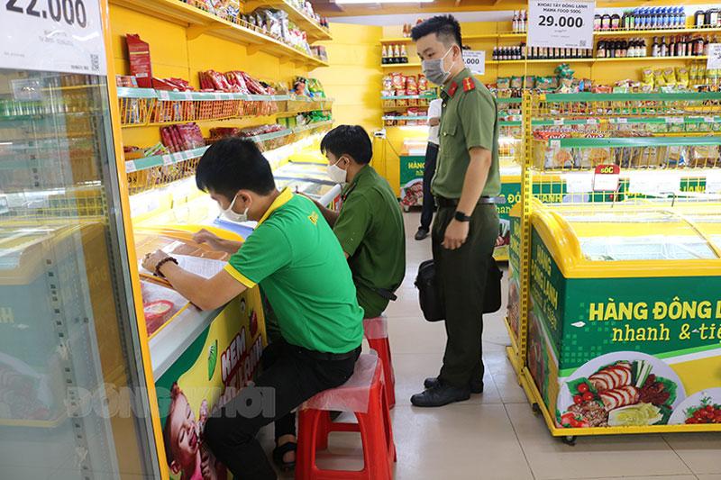 Đoàn kiểm tra liên ngành huyện Bình Đại kiểm tra niêm yết giá tại các cửa hàng Bách hóa xanh trên địa bàn huyện. Ảnh: Minh Nhân