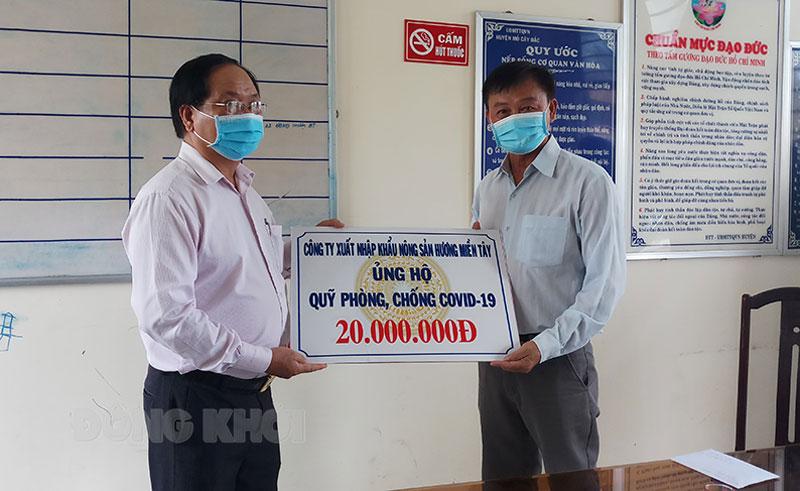 Công ty Xuất nhập khẩu nông sản Hương Miền Tây trao bảng tượng trưng. Ảnh: Thu Duyên