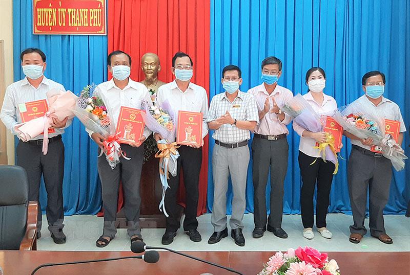 Lãnh đạo huyện trao các quyết định và tặng hoa chúc mừng. Ảnh: Văn Minh