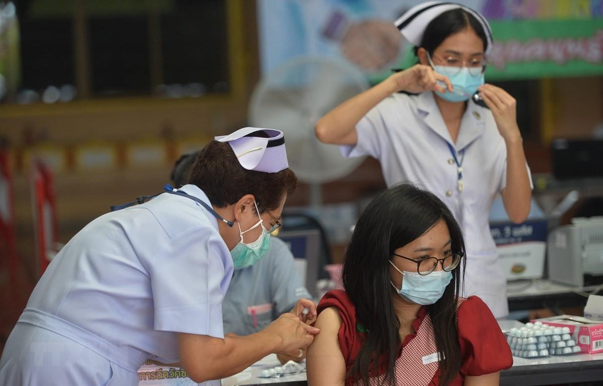 Nhân viên y tế tiêm vaccine phòng COVID-19 cho người dân tại Bangkok, Thái Lan, ngày 15-7-2021. (Ảnh: THX/TTXVN)
