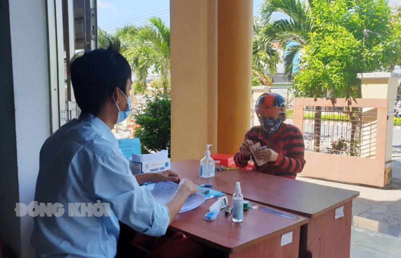 Chi tiền hỗ trợ tại UBND phường Phú Tân.