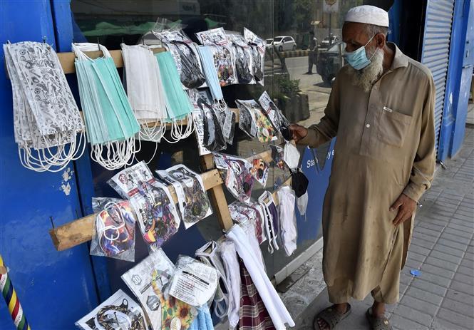Một quầy hàng bán khẩu trang bên lề đường ở Peshawar, Pakistan. Ảnh: THX/TTXVN