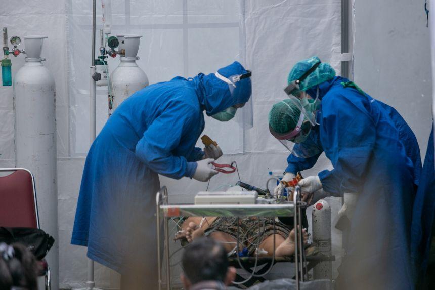 Bác sĩ Indonesia chăm sóc bệnh nhân COVID-19. Ảnh: Straits Times