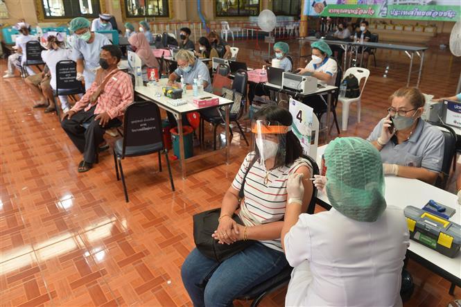 Người dân tiêm vaccine ngừa COVID-19 tại Bangkok, Thái Lan, ngày 15-7-2021. Ảnh: THX/TTXVN