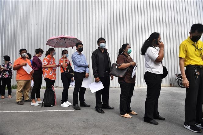 Người dân xếp hàng chờ lấy mẫu xét nghiệm COVID-19 tại Bangkok, Thái Lan ngày 8-4-2021. Ảnh: AFP/TTXVN